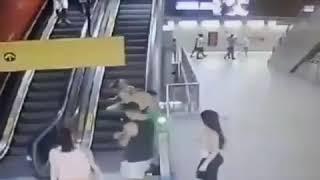 Folião se pendura em escada rolante do metrô e cai em SP.