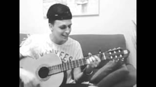Momento guitarra cantando a critika me quedo sin aire jaja