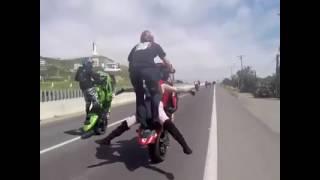 Hombre Con Una Mujer Levantando Su Moto