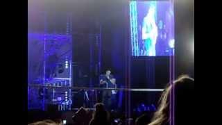 menina joga sutiã que estava usando no palco