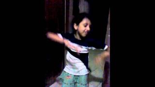 Niña bailando zumba
