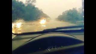 Dirigindo na chuva com óculos de sol