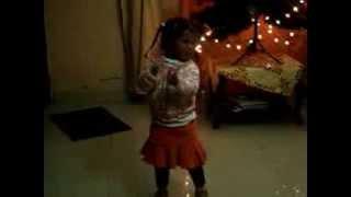 Niña de 3 años bailando cumbia