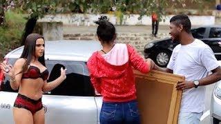 Morena de calcinha e sutiã pede ajudinha para galera segurar quadro