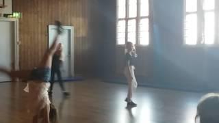 Dziewczyny   tańczą w szkole