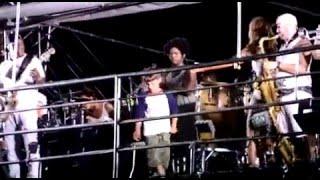 Filho de Ivete Sangalo dança em trio Elétrico com a mãe