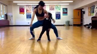 Garota de 2 Anos Arrasa ao dançar com a Mãe