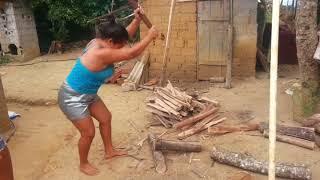Técnicas para cortar lenha com machado  SQN  kkkkkkk