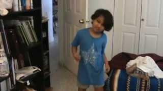 Bebo bailando merengue de Elvis Crespo: suavemente