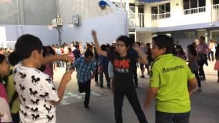 Niño loco baila