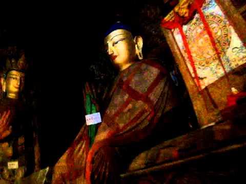 11 Prof. Juan Lázara filma a Buda en Gyantse.MPG