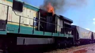 Locomotiva C 30-7 9275 em chamas.