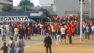 Adeptos do Benfica Aplaudem Chegada do Autocarro do Boavista 20-05-2017