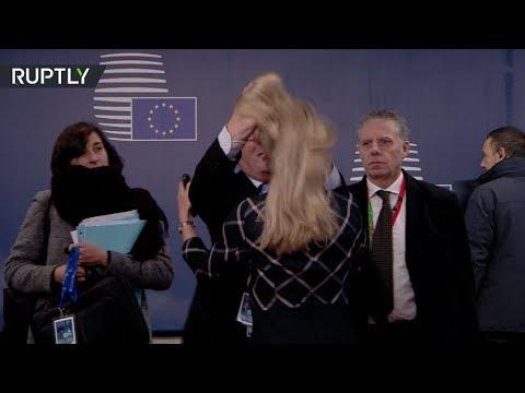 يونكر يداعب شعر مسؤولة بمقر الاتحاد الأوروبي في مواصلة تصرفاته الغريبة.. هل كان ثمل؟