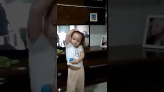 Loka Melina dançando