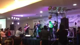 Jhonatan Luna cantando La Niña De Mis Ojos