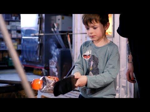 5-åringar testar glasblåsning