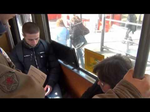 """Kontrolor GSP-a priča sa putnicima u tramvaju o novom sistemu """"Bus plus"""""""