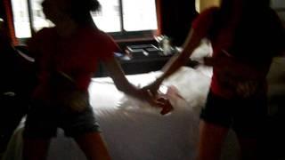 Camila e Melina dancando pagode