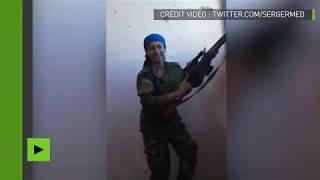 Une combattante kurde rit d'avoir échappé de peu à un sniper