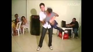 Eu nos aniversários quando era criança (Leona dançando parabéns da Xuxa)