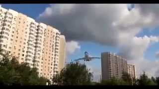 avion pasa cerca de edificios
