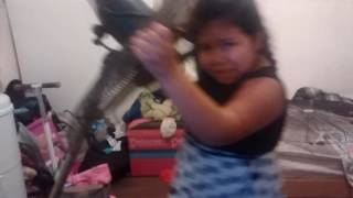 Se le cae el ventilador a una niña bailando canción de soy Luna