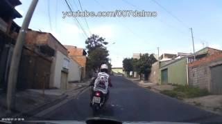 Perseguição policial a moto suspeita.