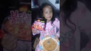 Ekspresi lucu Anak kecil makan mie samyang pedas , lucu