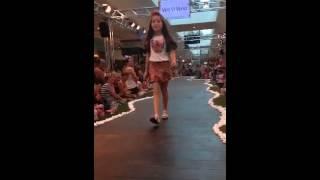 Isabela desfilando no Jundiai shopping