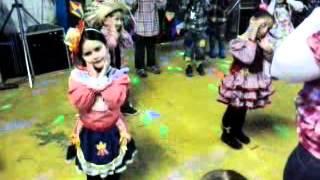 Fernanda dançando Aquecimento - Festa Junina Escola Lua de Cristal - 2º Período