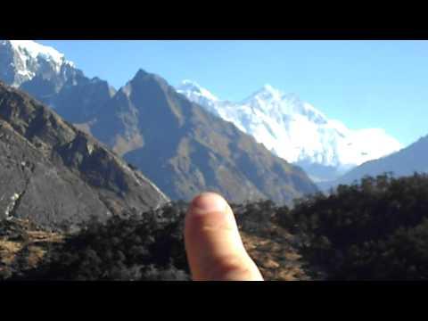Arribant a Kumjung m'apareixen al davant l'Everest, l'Ama Dablam i el Thamserku.