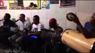 grupo singe*lo cantando -no batuque do meu samba