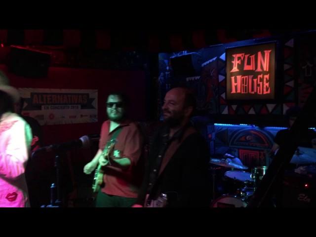 """Vídeo de Los Chicos en directo interpretando """"Headphones"""" en la sala Fun House."""