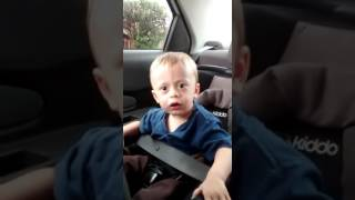 Menino cantando aleluia