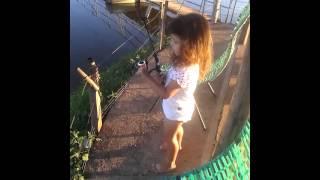 Ja Fisguei - Criança mostrando como se pesca