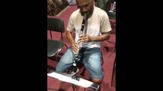 O som de um clarinete.