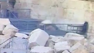 Huge stone falls from Jerusalem's Western Wall