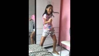 Ana Clara dançando  metralhadora
