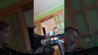 Dvaja chlapci hrajú CS 1.6
