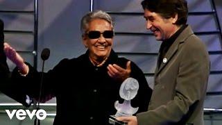 Joaquín Sabina entrega premio a Chavela Vargas (En vivo)
