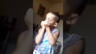 Criança tocando gaita