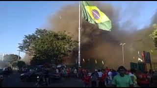 Pessoas se desesperam com incêndio