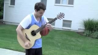 Garoto toca violão jogando basquete