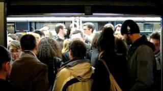 Metrô de Paris na hora do rush. Paris subway during rush hour.