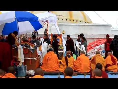 monaci sullo stupa Bodhnath a Kathmandu nella giornata conclusiva del terzo Nyingma Monlam del Nepal