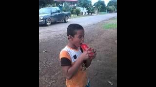 Niño loco chupando un globo