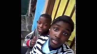 Crianças tentando tirar foto