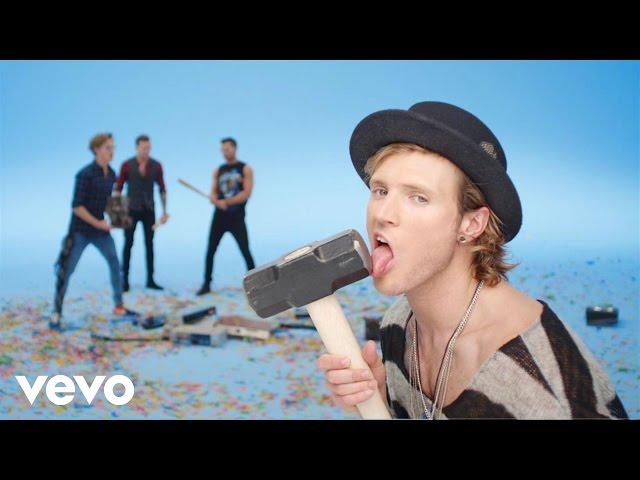 Video oficial de Love Is On The radio de McFly