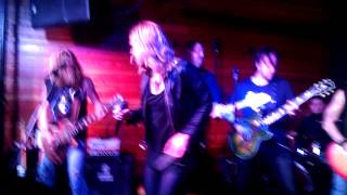 Lzzy Hale sings Shoot to Thrill at Dan McGuiness Nashville